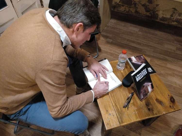 Copy creativo SEO Javier Debarnot La máquina de hacer billetes contenidos librería presentación barra llibre firma